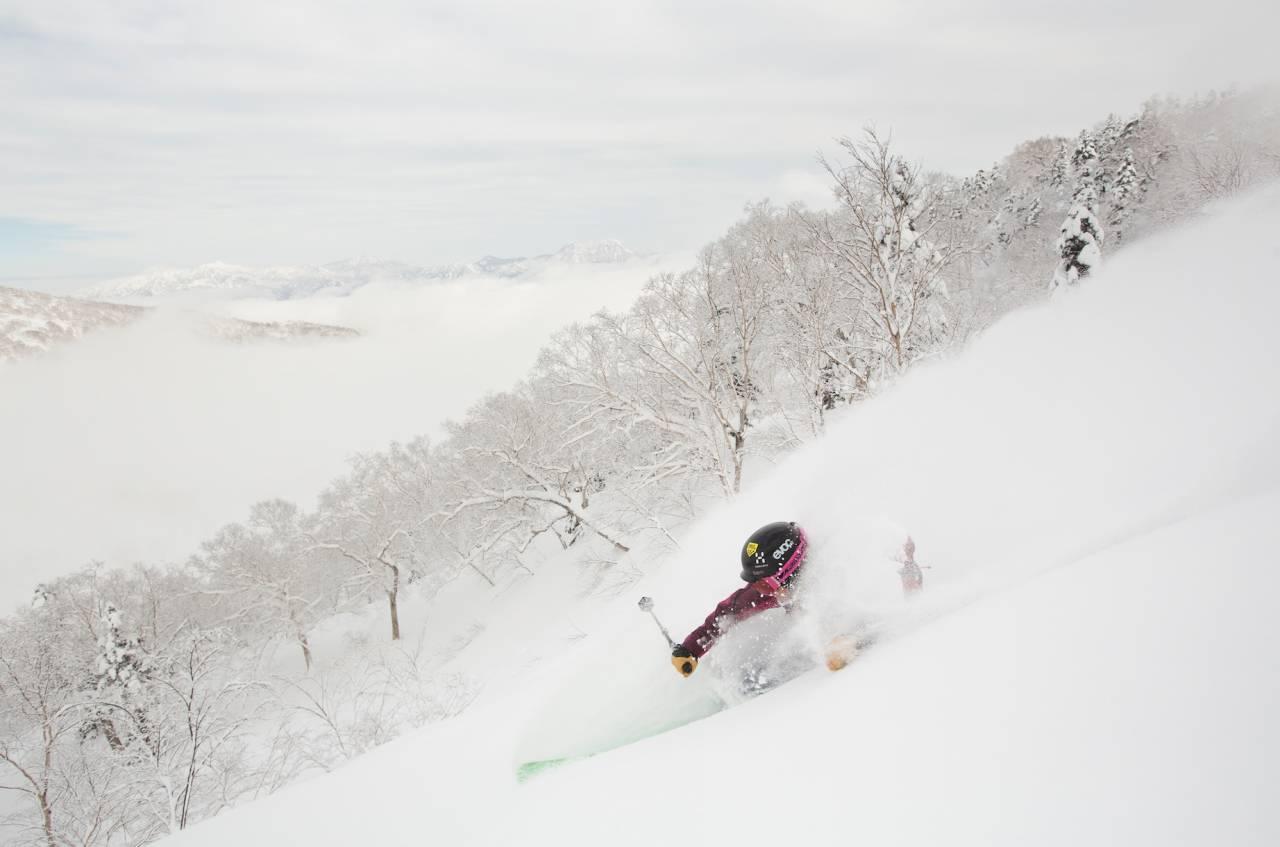 EN BOLLE SNØ: Backbowlen på Tsugaike i dalen Hakuba er garantert snøkanonsfri. Anne May smiler sikkert her også. Alle foto: Fredrik Schenholm