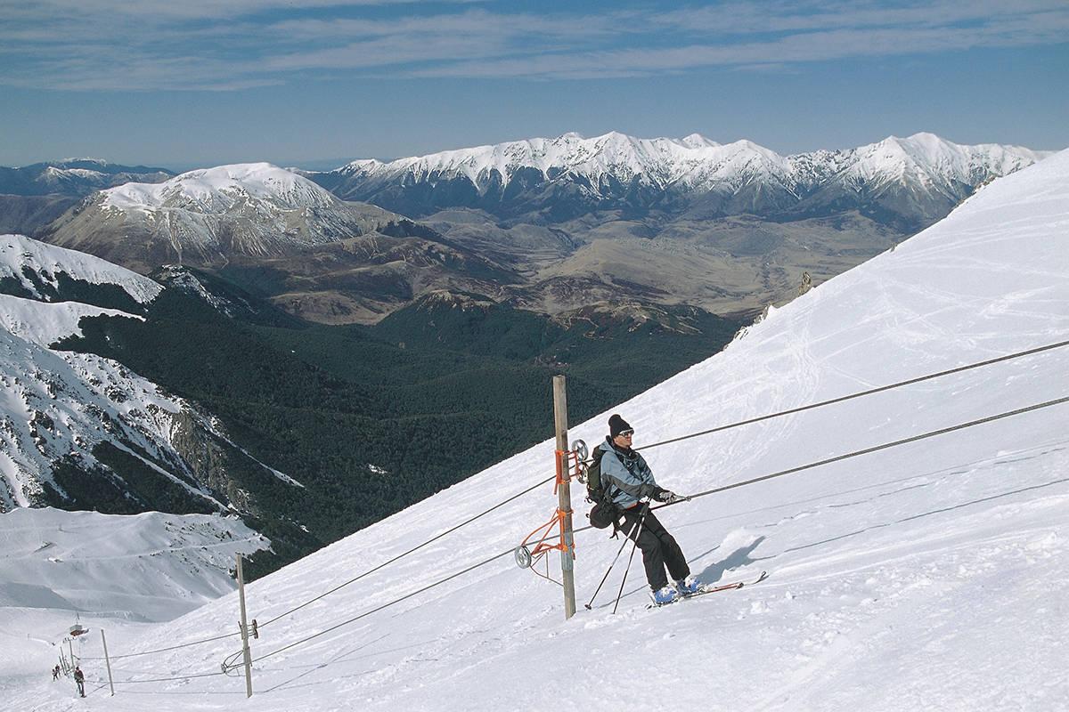 PÅ TUR: Jimmy Petterson brukte ti forsøk på å komme opp denne skiheisen i Broken River i New Zealand. Foto: Jimmy Petterson