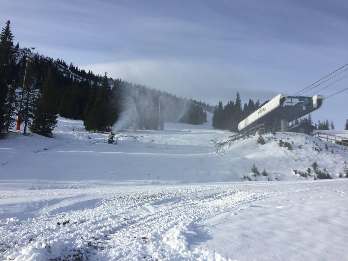 KVITFJELL: Kunstsnøproduksjonen er i full gang, og ambisjonen er å åpne skianlegget på Kvitfjell førstkommende helg. Foto: Vibeke Fürst Holtmann
