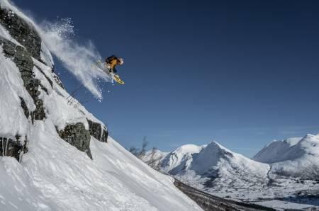 LEKENT: Sondre Loftsgarden er på besøk fra Telemark, og han setter stor pris på det morsomme terrenget rundt heisene i Stordal, som gir utallige muligheter for små og store klippedropp. Alle foto: Bård Basberg