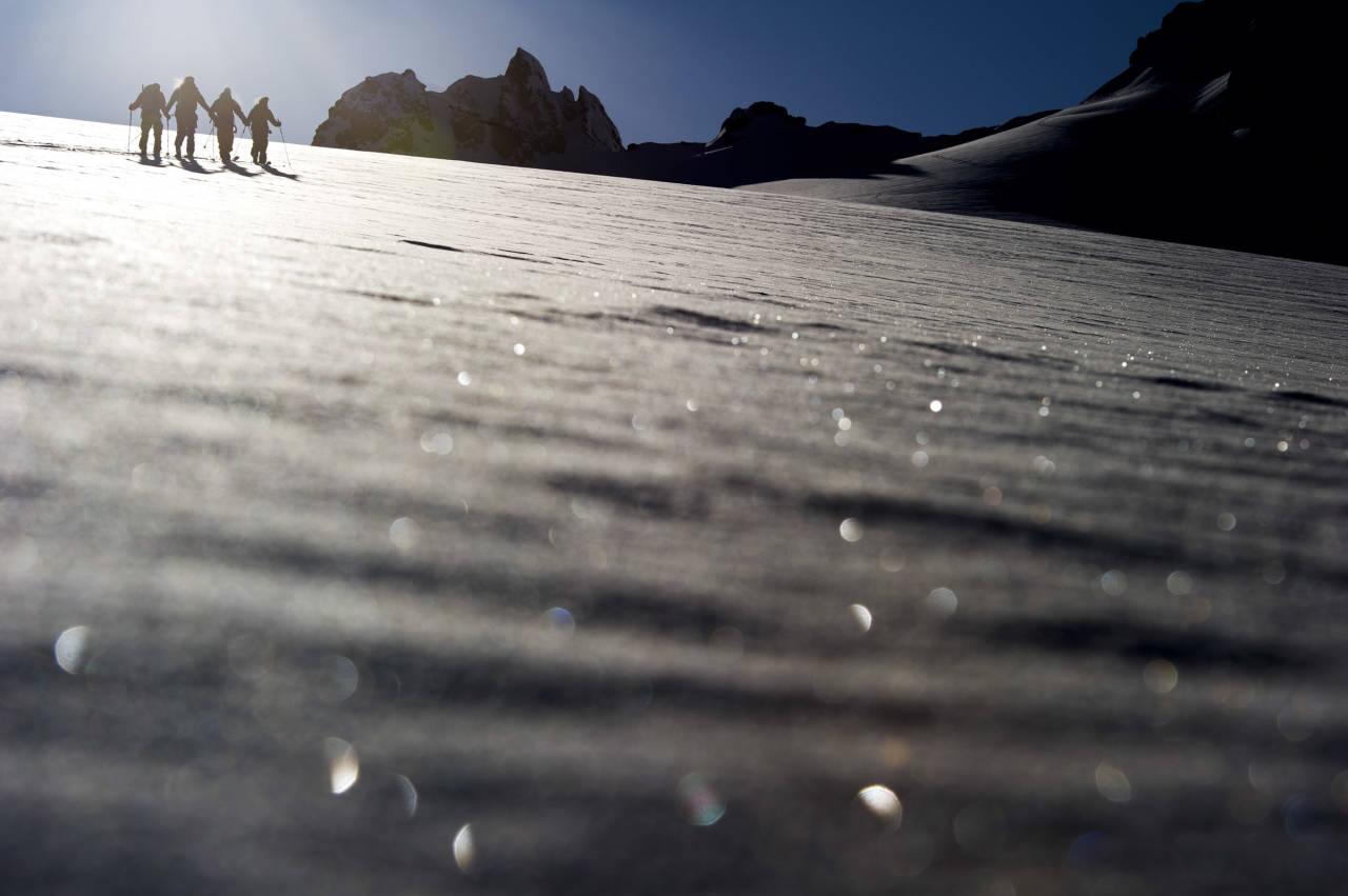 VAKKERT: Lyngsalpene i Troms har noen av verdens flotteste toppturfjell som til stadighet brukes som arena for skifilminnspilling. Her er filmstjernene Aksel Lund Svindal, Eirik Finseth, Eric Hjorleifson og Tor Olav Naalsund på vei opp. Foto: Mattias Fredriksson.