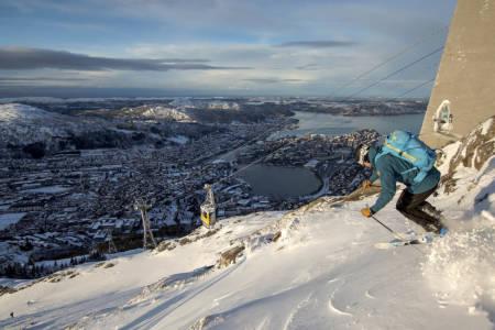 ULRIKEN UTFOR: Når det en sjelden gang blir skiføre på framsiden av fjellet, er ikke bergenserne tunge å be. Asbjørn Hellås setter fart rett ned under gondolen. Foto: Øystein Bjelland.