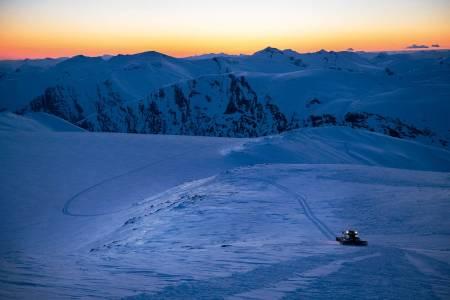 SOLNEDGANG MED TRÅKKEMASKIN: Vil catskiløyvet gi flere mulighet til å oppleve denne utsikten fra Kvitlenova? Foto: Henning Reinton