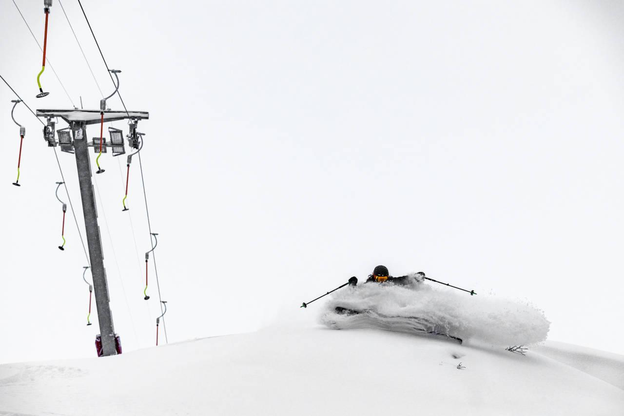DJUP NYHET: Sondre Loftsgarden koser seg rett ved heisen i Høgevarde, som ble bygd foran 2017-sesongen. Foto: Bård Basberg