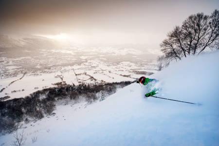TRØNDERKVALITET: Den beste skogskjøringa i Midt-Norge finner du i Hovden i Oppdal - på begge sider av heisen. Einar Vik setter spor i dyp snø i skogen mellom de upreparerte løypene Storstugguløypa og Bjerkeløypa. Foto: Martin I. Dalen