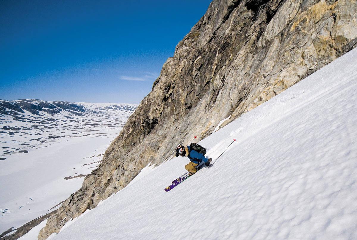 STORT OG HVITT: Bård Gundersen på vei ned cruisingfavoritten SS Norway, som ligger øst for skisenteret. Foto: Thomas Torsteinson