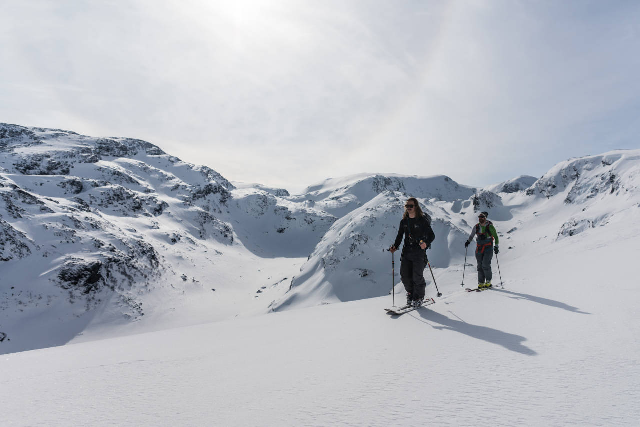 HØYT OPPE: Sondre Loftsgarden (t.v.) og artikkelforfatter Erlend Sande på vei opp i terrenget over Myrdal stasjon