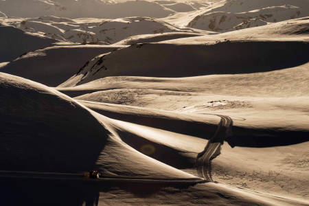 PÅ VEI OPP: Å bruke tråkkemaskin for å komme seg på fjelltopper og kjøre ski ned igjen er ikke tillatt i Norge. Men i det råflotte skiterrenget over skiheisene i Harpefossen er de i ferd med å stable catskiing på beina. Foto: Martin Innerdal Dalen