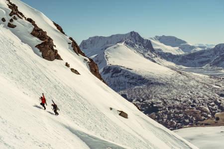 Bratte gleder og spisse fjell i Ørsta skisenter. Foto.