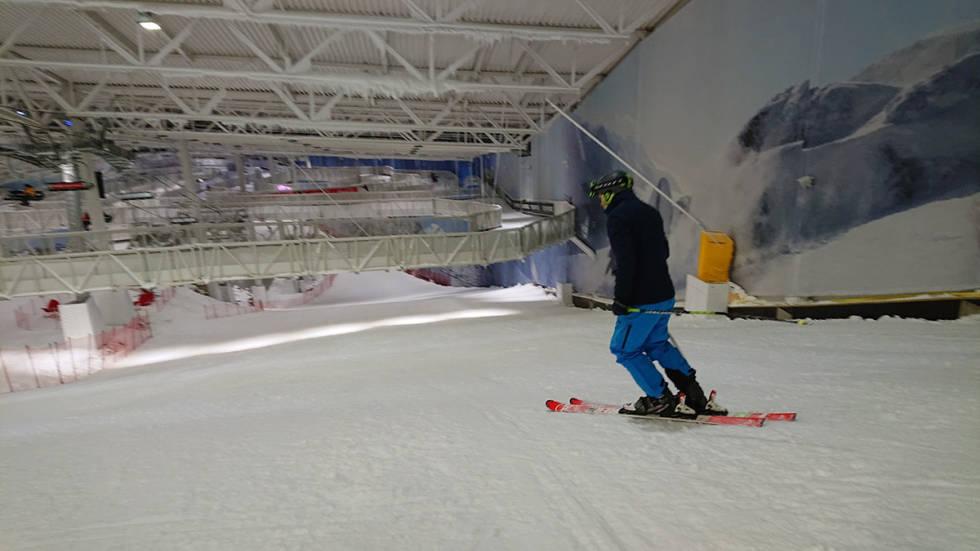 mann kjører ski innendørs på sin Lørenskog