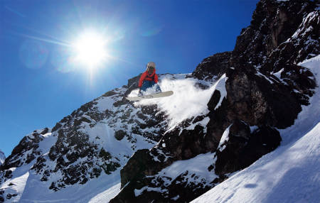 JULISNØ: Lane McMillan nyter en fersk halvmeter julipudder over Lago del Inca i Portillo. Foto: Øystein Bjelland