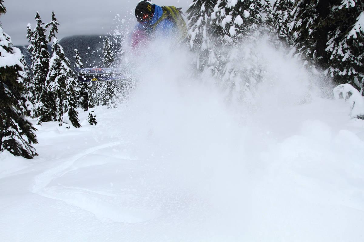 SNØ: Mattias Evangelista leker seg i metervis med snø med en 180. Foto: Tore Meirik