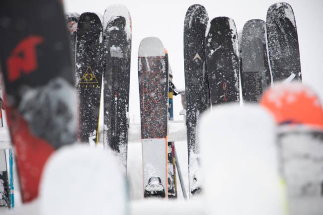GODE KJØP: Å kjøpe ski brukt er bra for både lommeboka og miljøet, og skiene trenger slett ikke være dårligere enn årets nye og flotte modeller - noen ganger kan de gamle utgavene være bedre. Foto: Tore Meirik