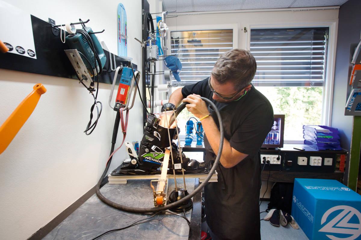 FRESING: Fabien Mazuir freser så plastspruten står ut av et par Nordica racingstøvler. Foto: Andreas Løve Storm Fausko