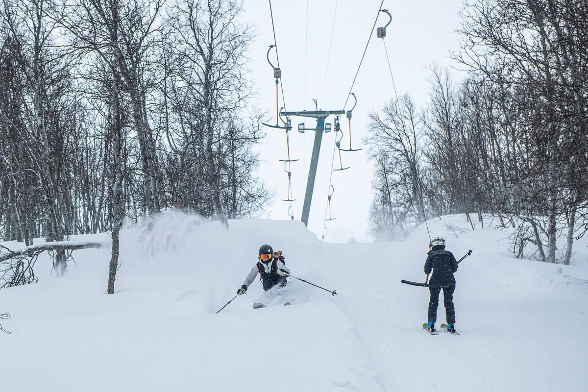 FRIKJØRING: Fri Flyt forteller hvordan du velger riktig frikjøringsski for kjøring med skiheis som utgangspunkt. Her er Ida Gunleiksrud i aksjon under Fri Flyts skitest i Hallingskarvet skisenter. Foto: Vegard Breie