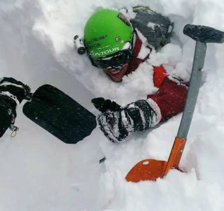 REDNINGEN: Her graves Henrik fram fra snøskredet. Uskadd, men med en god del erfaringer rikere. Foto: Privat