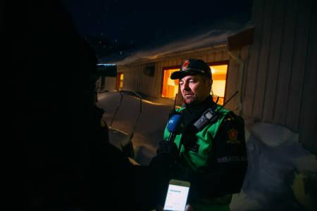 KOORDINATOR: Politiet ledet operasjonen i Tamok, her med innsatsleder John Kåre Granheim fra Midt-Troms lensmannsdistrikt.  I mørke og snøvær var det ingen positive nyheter å bringe til pårørende, presse eller letemannskaper.