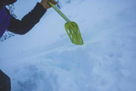 Lær deg hvordan du graver mest hensiktsmessig dersom kompisen din blir tatt av snøskred. Foto: Kristoffer Kippernes