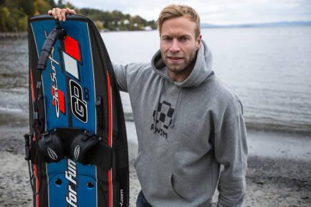 JETSURF´S UP! På en superavansert jetski med vekt på bare 15 kilo fikk Andreas Wiig seg en surftur på paddeflatt vann i Oslofjorden. Bilde: Christian Nerdrum