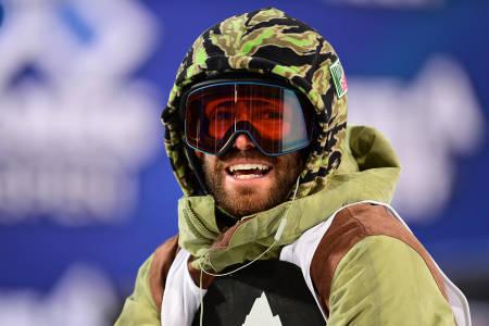 DANNY DAVIS: Snowboarderen tar et oppgjør med superpipe. Foto: ESPN