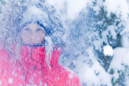 PUDDERDAG: Kjersti Buaas i hvitt dryss i skogen i Revelstoke i Canada. Foto: Matt Georges