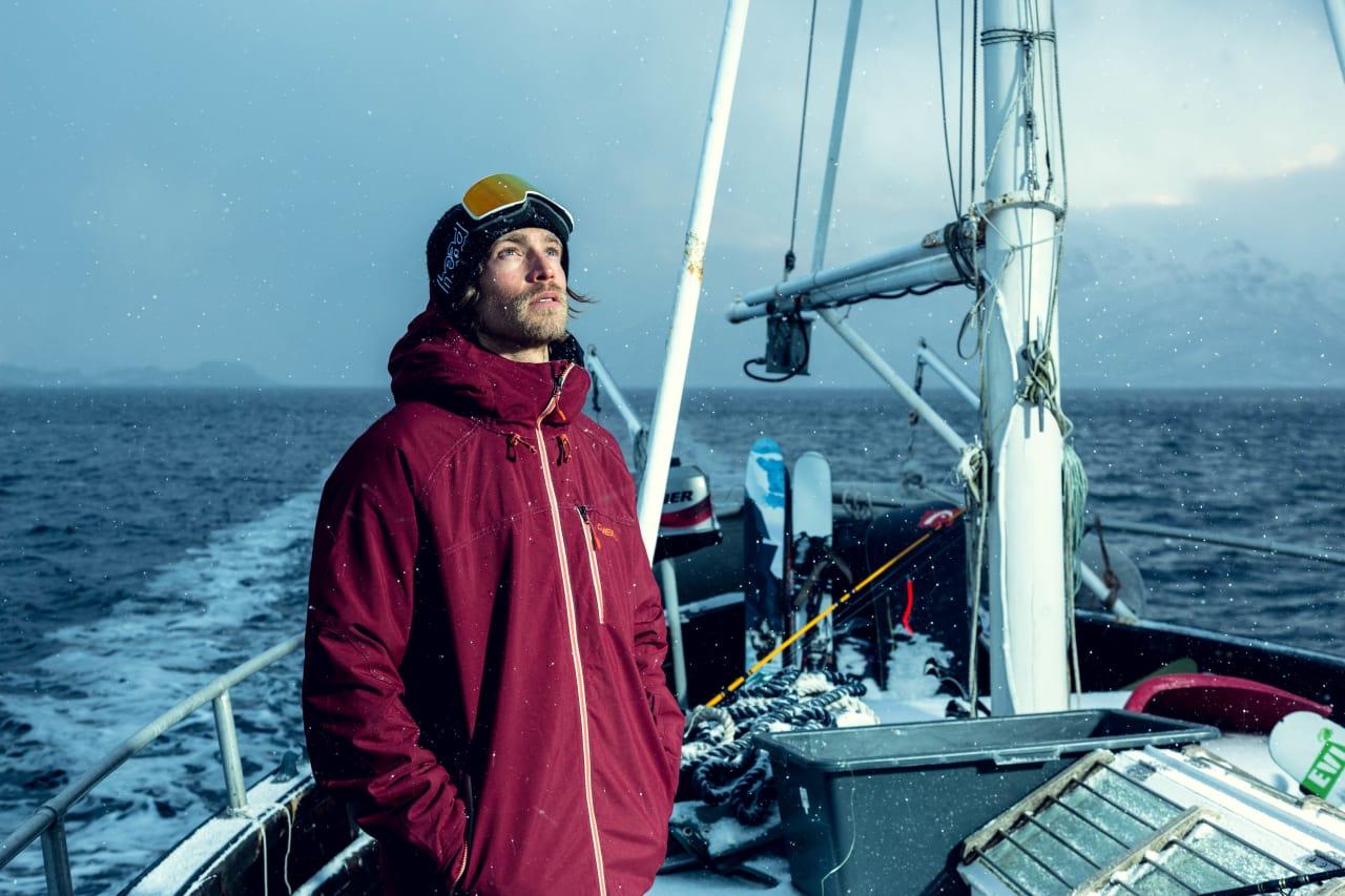 NORD-NORGE: Filmaktuelle Fredrik Evensen har sammen med kameraten Erik Botner satset i Lofoten. Det betyr båtreiser med snowboard. Foto: Espen Mortensen
