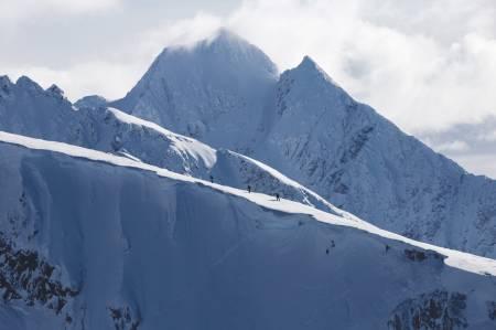 PLANER: Krister, Eirik og vår finske venn Joonas hiker runt bowlen på Steinfjellet i Nord-Lenangen. Bilden er tatt i retning sør-sørvest fra toppen på Ololsatinden, fjellet i bakgrunn er de statlige Jægervasstindane. Noe som står på kjøre-lista for denne sesongen!