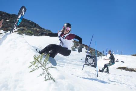 LEK OG MORO: Det ble lek og moro under Bang Slalom i Hemsedal. Her er vinner av kvinneklassen, Helene Olafsen. Foto: Kalle Hägglund