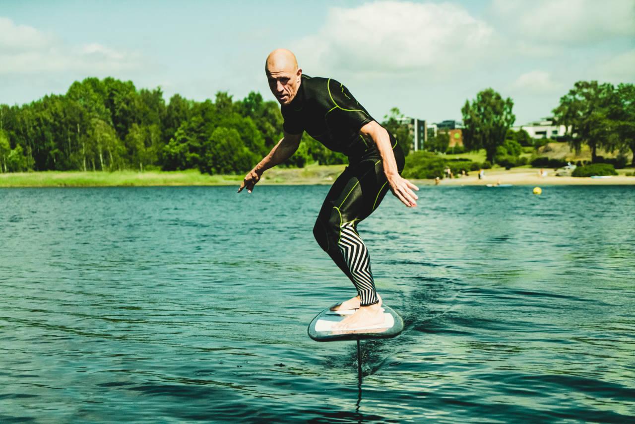 Terje Håkonsen er mest kjent for å kjøre snowboard, men har prøvd det meste som finnes av andre brettsporter. Prone foiling er den nyeste aktiviteten på lista. Bilde: Christian Nerdrum