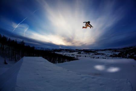 PROFFPARK: Vierli lover Norges feteste terrengpark når de reåpner til helgen –og Len Roald Jørgensen er en av gutta som er på plass. Foto: Frode Sandbech
