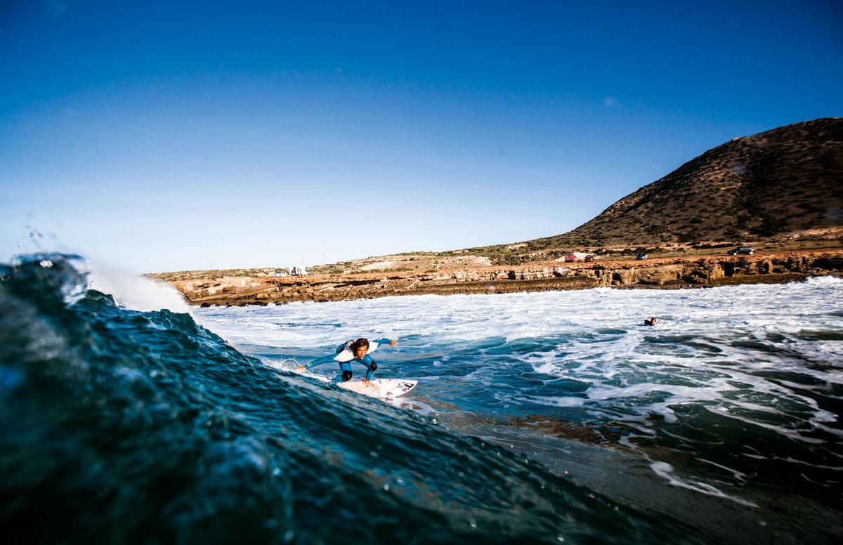 UNNGÅ STAGNASJON: Norske Luca Petersen Guichard går foran som et godt eksempel i Fri Flyt sin første surfskole for viderekommende. Nå synes vi det er på tide at du tar steget videre. Og slurv for all del ikke med nøkkelmanøveren til suksess: bottomturn. Foto: Christian Nerdrum