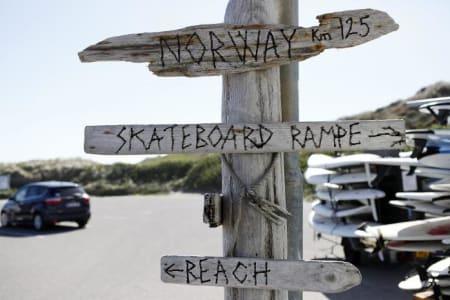 Klitmøller ligner på mange måter en døsig dansk landsby, med unntak av alle surfebrettene, skaterampene og blomsterkransene i bilvinduene. Bilde: Cariline Omlid