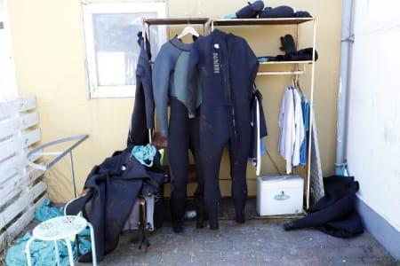Det drives mange surfskoler i Klitmøller, her henger våtdrakter til tørk etter kursing.  Foto: Caroline Omlid