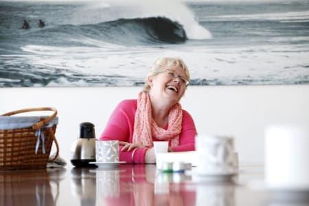 Borgermesteren i Thisted kommune, Lene Kjelgaard Jensen, har satset på bølgekraft de siste fem åra. Selv har hun ikke våget seg ut på surfebrettet ennå.  Foto: Caroline Omlid