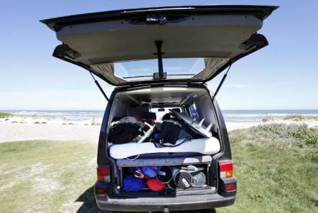 Olav Bleivik har kjøpt seg ny van for å reise på surfetur med familien. Den er fullastet med brett, madrass og kjærlighet til havet.  Foto: Caroline Omlid