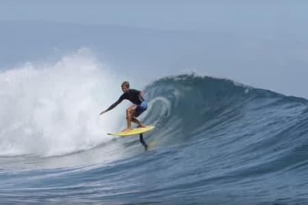 SURFER: Se hvordan Kai Lenny surfer på en helt ny måte. Foto: Skjermdump