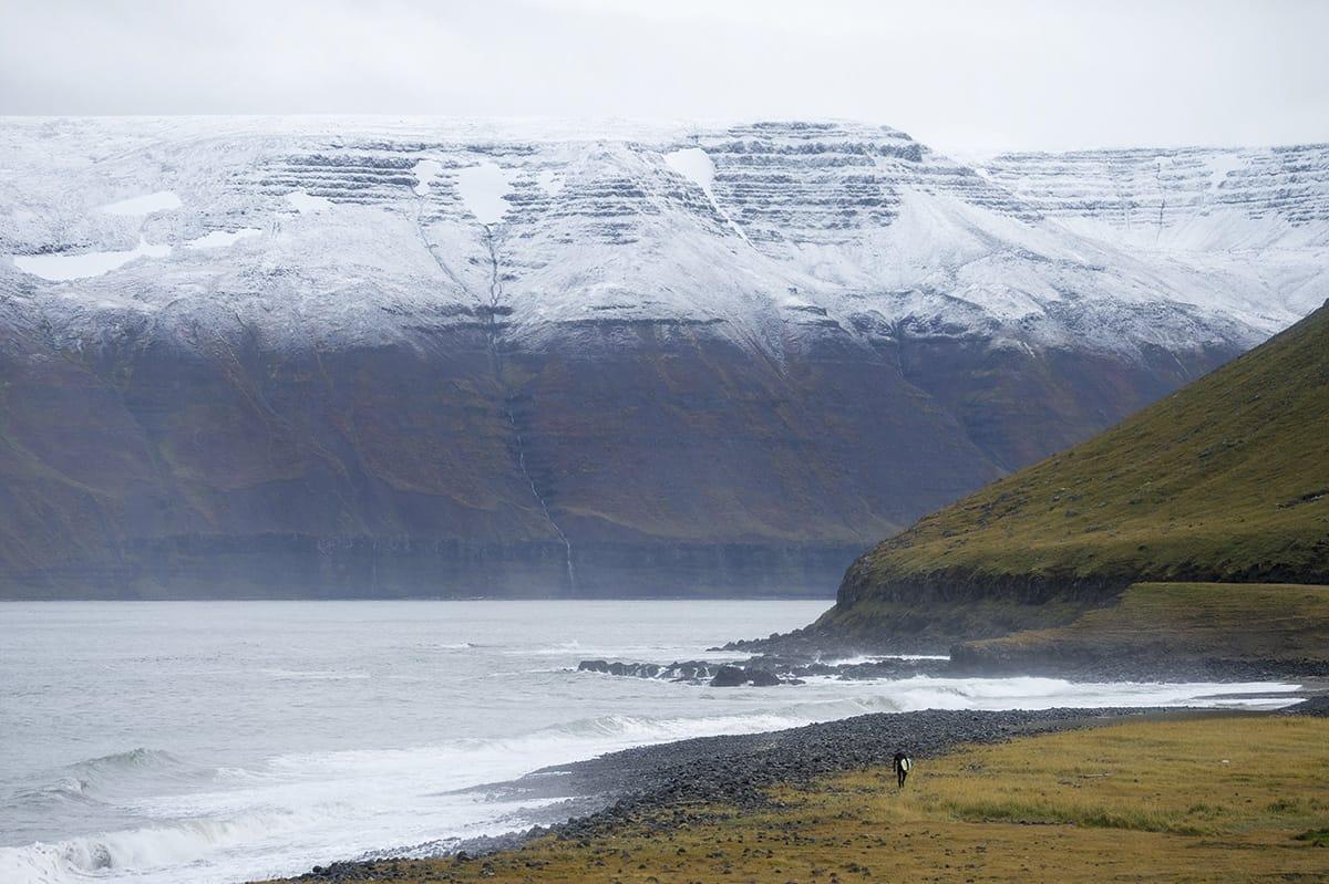 ØDE: Ikke forvent å slå av en prat i lineupen på Island. Det tok oss nesten to uker å finne en annen surfer å dele bølgene med. Foto: Hallvard Kolltveit