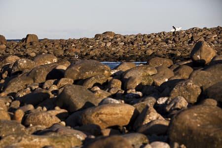 ENSOM LYKKE: Norges enorme kyststripe gjør at mange surfere også synes det kan bli for ensomt i havet. Er det da på tide å fortelle flere venner og eventuelt resten verden om din lille perle? Foto: Christian Nerdrum