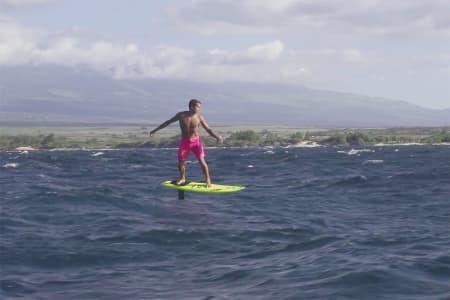 SURFER: Se Kai Lenny surfe med hydrofoil. Foto: Skjermdump