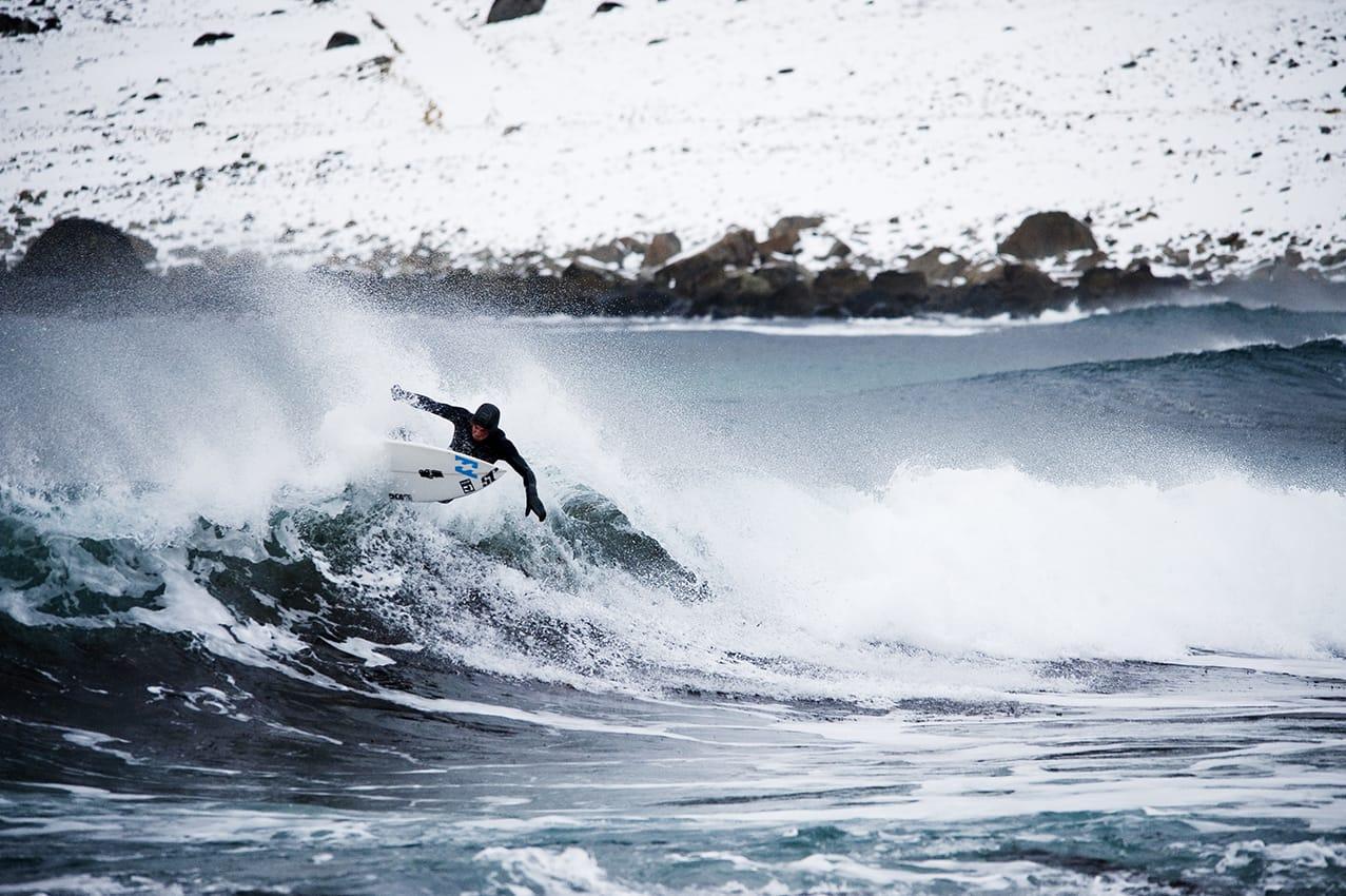PÅ HØYDE MED DET BESTE I UTLANDET: Lofoten er det beste vi kan tilby av norsk surf. Nettopp derfor får den sjarmerende øya i nord stadig besøk av håpefulle surfere fra hele verden. Åge Obrestad har tatt turen fra Jæren til Unstad, og må nok innrømme at forholdene her oppe er hakket bedre. Bilde: Øystein Kvanneid