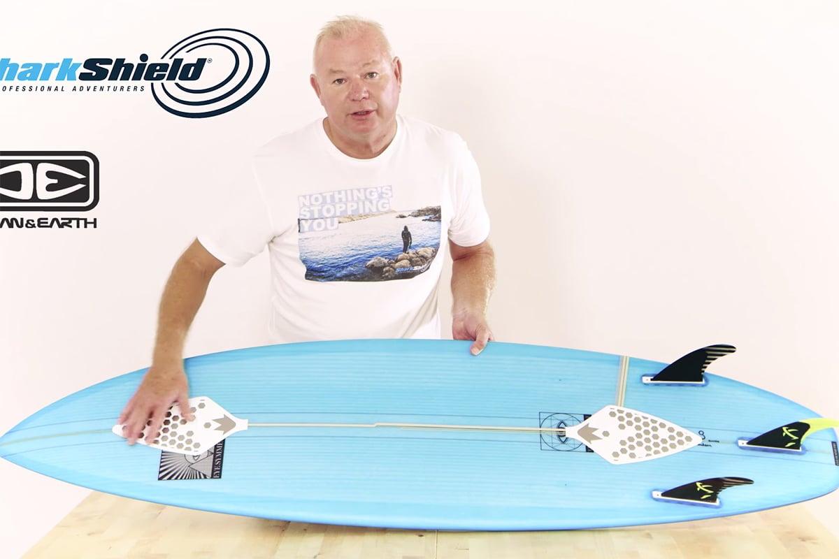 SKJOLD: Slik skal surferen beskyttes mot haiangrep. Foto: Skjermdump