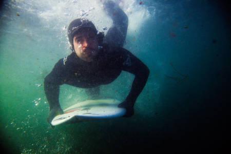 DUKK: Vellykkede dykk under de brytende bølgene sparer både krefter og tid på padleturen ut og der en viktig del av Seamus Fox sitt repertoar. Foto: Christian Nerdrum