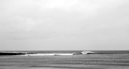LITE FOLK: Irske surfere kan klage på mye vind, kaldt vann og store tidevannsforskjeller. Samtidig er det også grunnen til at du ofte surfer alene på dager som dette.  Bilde: Jostein Robstad