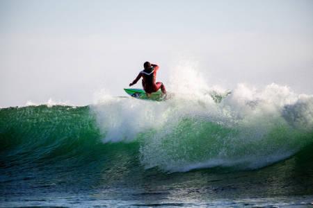 FLYT OVER: En godt timet floater kan være svært funksjonelt for å få mest mulig ut av en bølge. Joackim Petersen Guichard velger å dra seg over bølgen i stedet for å risikere å bli fanget av skummet. Foto: Christian Nerdrum