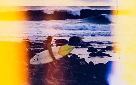 Antakelig ett av de første bildene som er tatt av en surfer på Saltstein