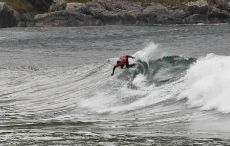 HODDEVIK: November et høytid for lavtrykkene i Atlanteren. Seamus Fox vet hva denne bukta er god for på en skikkelig dag.  Bilde: Christian Nerdrum