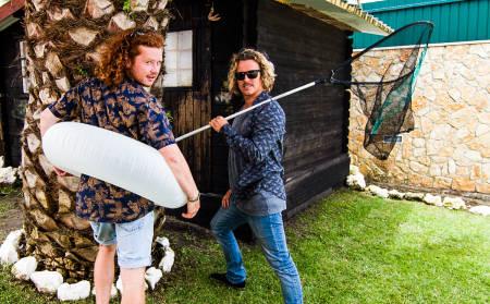 MANØVER: Det er lett å la seg avlede av bildet, men Dominic Potts og John Jacobsen er her igjen for å snakke om alt annet enn surf. Bilde: Anders Idland Melchior