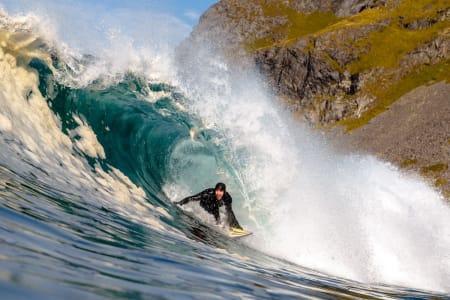 MAGISK SURF: Lofoten har levert forhold som har vært eventyrlige den siste tiden. Her er Charly Rodriguez i en bølge. Foto: Hallvard Kolltveit
