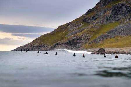 Mange surfere i vannet. Foto: Hallvard Kolltveit