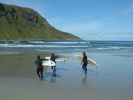 Nå får jentene anledning til å samles og lære surfing på egne premisser.